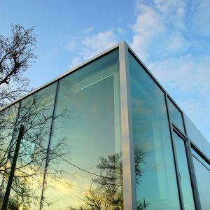 Dom jest wyposażony w bezpośrednie podłączenie do sieci elektrycznej. Może też być zasilany energią odnawialną. Fot. Kasita