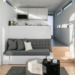 """Przy wejściu, w mniej doświetlonej części domu zlokalizowany jest bardziej intymny obszar, naturalnie doświetlony przez niewielkie """"górne"""" przyciemniane okna. W tej przestrzeni znajdziemy przede wszystkim łazienkę oraz kuchnię. Fot. Kasita"""