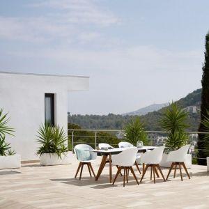 Idealnie wyprofilowane fotele ogrodowe, wykonane z wytrzymałego materiału pod postacią syntetycznej wikliny, pozwalają zaoszczędzić sporo miejsca na niewielkich powierzchniach, dzięki możliwości składania ich w stosie. Fot. BoConcept