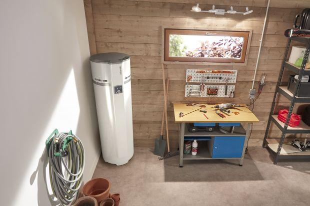 Prezentujemy zasadę działania ogrzewacza termodynamicznego wody, który przeznaczony jest dla niskobudżetowych domostw i małego biznesu. To urządzenie będące połączeniem pompy ciepła i zasobnika c.w.u. Do pracy wykorzystuje energię z otaczając