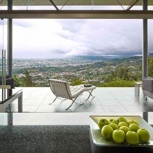 Taras jest naturalnym przedłużeniem wnętrza, z przeszkolnymi ścianami. Fot. Jordi Miralles