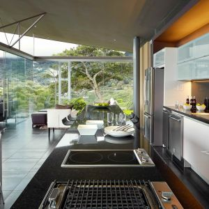 Mając na uwadze, że dom ten powstał głównie z myślą o podziwianiu widoków oraz spędzaniu wspólnych popołudni i części wieczorów z przyjaciółmi, architekci stworzyli całkowicie otwarty układ pomieszczeń. Fot. Jordi Miralles