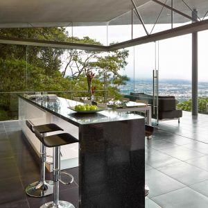 Dach opiera się na stalowej konstrukcji, ściany są wykonane całkowicie ze szkla. Fot. Jordi Miralles