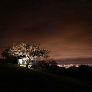 Dom jest położony na odludziu, otoczony tropikalną szatą roślinną. Fot. Jordi Miralles