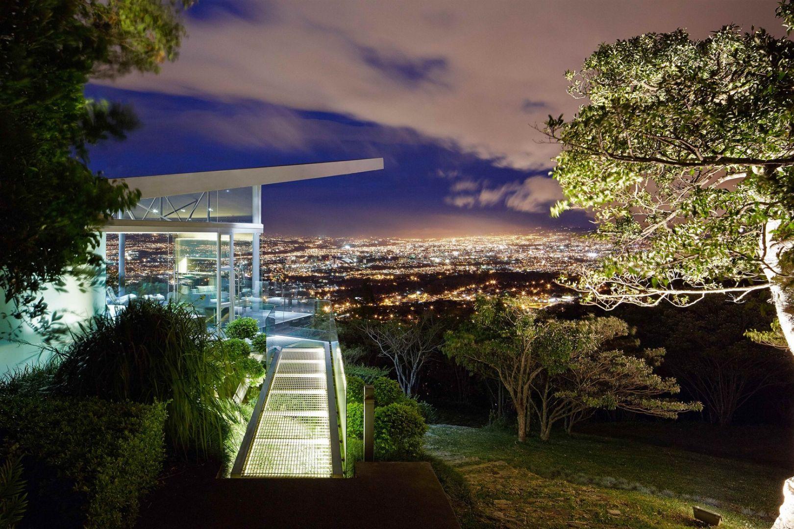 Z tego małego domu o powierzchni użytkowej 52 mkw rozciąga się spektakularny widok na wulkaniczne pasmo górskie. Z kolei nocą ożywa miasto San Jose feerią barw, które można podziwiać zarówno z tarasu, jak i z wnętrza domu. Fot. Jordi Miralles