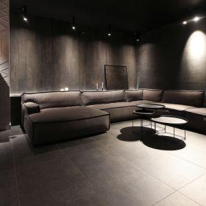 Czerni jest tu naprawdę dużo. Występuje jako fronty wysokiej kuchennej zabudowy, pojawia się na większości sufitów i ścian. Detale, takie jak np. lampy również są czarne. Światło odgrywa w tych pomieszczeniach niezwykle istotną rolę. Fot. Adriana Furniture, Dominik Respondek