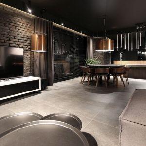 Na parterze jest obszerny salon otwarty na kuchnię i jadalnię, garderoba, schowek i toaleta. Fot. Adriana Furniture, Dominik Respondek