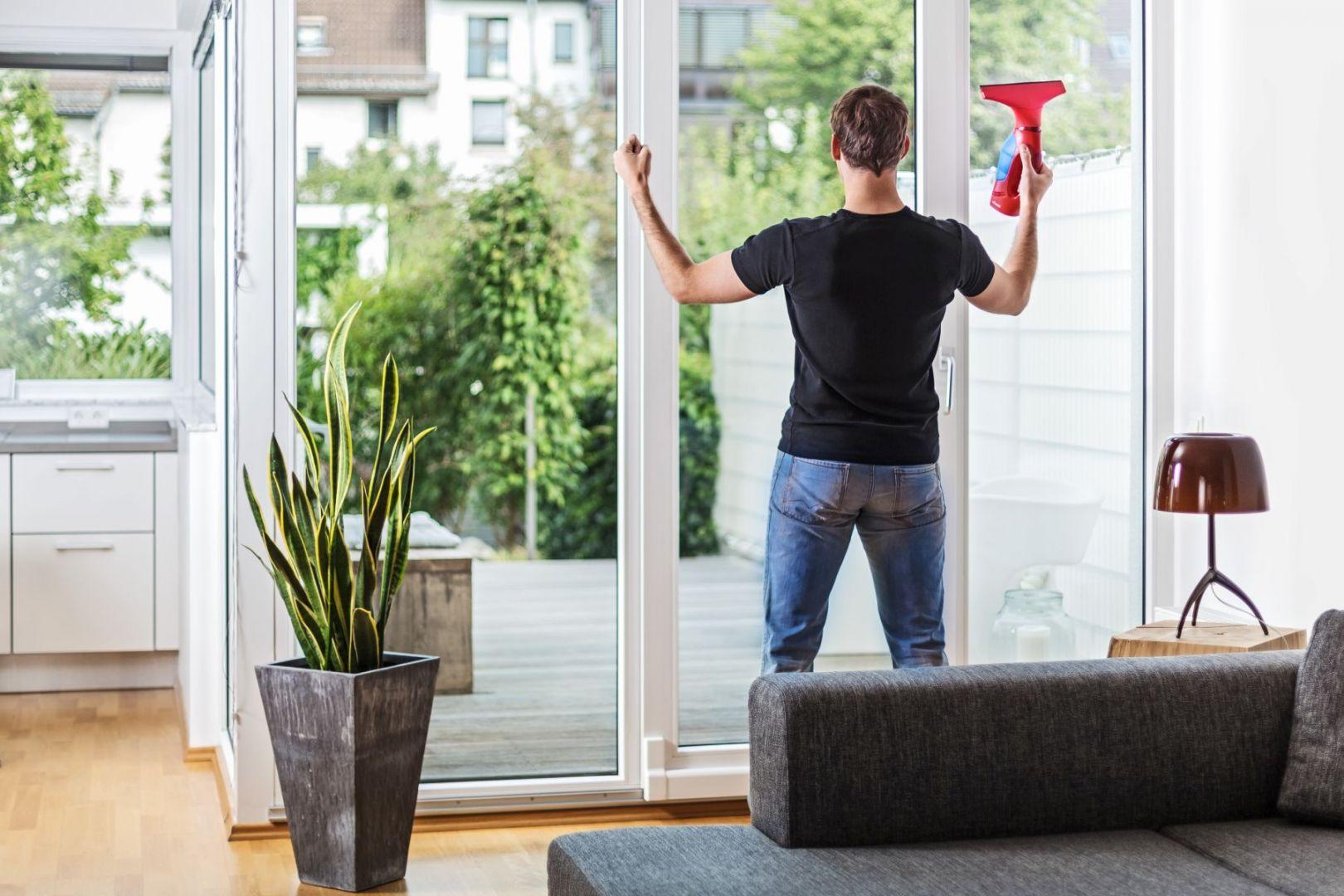 Jeśli okna nie były dawno czyszczone i posiadają mocne zabrudzenia użyj wody z płynem do naczyń i uniwersalnej ściereczki, najlepiej z mikrofibry, która dobrze wchłania wilgoć. Do wody można dodać glicerynę lub płyn do zmiękczania tkanin, wówczas na szybach trudniej będą osadzały się zanieczyszczenia, a po deszczu pozostanie mniej smug.