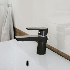 Wkażdej łazience, niezależnie od wielkości, warto również na etapie projektowania zadbać o czytelny podział na strefy – mokrą isuchą. Na wprost wejścia najlepiej umieścić umywalkę zlustrem. Strefa ztoaletą powinna być usytuowana zboku i lekko schowana. Fot. Cersanit