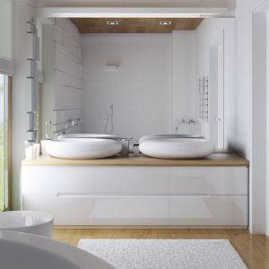 Łazienka robi bardzo eleganckie wrażenie. Niemal cała biała, została ocieplona drewnem. Fot. Z500