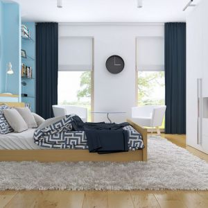 W sypialni nie brakuje miejsca na książki i ubrania. Jest też oczywiście wygodne, duże łóżko. Fot. Z500