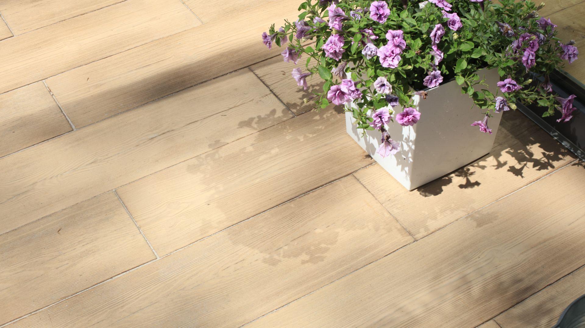 Na tarasie najważniejsza jest podłoga. Dlaczego? Odsłonięta strefa dzienna domu jak żadna inna narażona jest na działanie wody oraz niekorzystnych czynników atmosferycznych. Fot. Polbruk