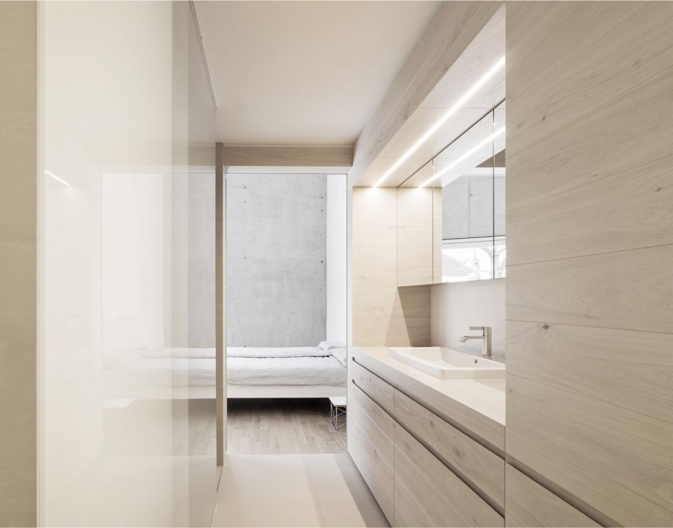 Wnętrza domu zostały zaaranżowane w minimalistycznym stylu. Dominują tu jasne, zimne kolory oraz beton ocieplony drewnianymi meblami. Fot. Brigida González