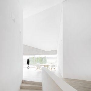 Wszystkie pomieszczenia domu są dostosowane i zaaranżowane w zgodzie z krystalicznyn kształtem elewacji. Fot. Brigida González