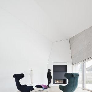 Wnętrza domu zostały zaaranżowane w minimalistycznym stylu. Dominują tu jasne, zimne kolory oraz beton ocieplony drewnianymi meblami.Fot. Brigida González