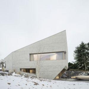 Dom wyróżnia się monolityczną betonową, elewacją o nieregularnym kształcie. Fot. Brigida González