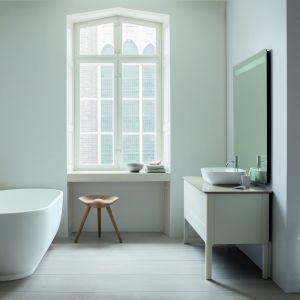 Umywalka idealnie pasuje do konsoli z regulowaną wysokością, na czterech łagodnie zakrzywionych nóżkach. Fot. Duravit