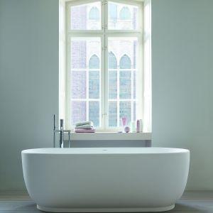 Luv oferuje również praktyczne wanny, które odzwierciedlają kształt umywalek. Jednolite, wykonane z wysokiej jakości materiału DuraSolid A, są matowe, ciepłe i przyjemne w dotyku. . Fot. Duravit