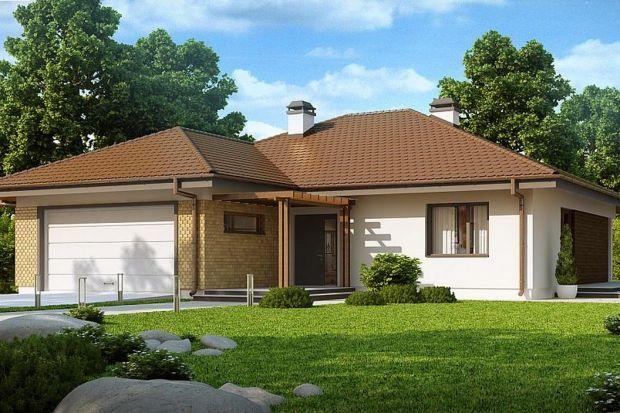 Projekt Z203prezentuje funkcjonalny dom z 3 sypialniami i nieużytkowym poddaszem. Prostą, zgrabną bryłę urozmaica wysunięty od frontu garaż. Drewniane wykończenie i okładzina klinkierowa nadaje charakterystyczny wygląd elewacjom tego parterowe