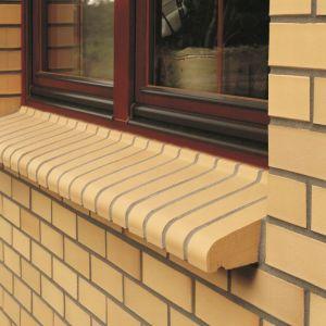 """Klinkierowe parapety z linii Sahara będą estetycznym uzupełnieniem elewacji wykonanej ze """"słonecznej"""" cegły. Fot. CRH Klinkier"""