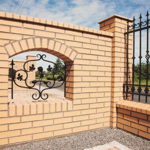Klinkier Sahara tworzy niezwykle stylowe połączenia z innymi szlachetnymi materiałami, np. elementami ogrodzenia wykonanymi z kutego żelaza. Fot. CRH Klinkier