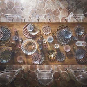Wśród propozycji naszych wystawców znalazły  się m. in. supermodne stoły z marmurowymi blatami, ręcznie wykonywane ceramiczne okładziny  czy metalowe akcesoria w najmodniejszych miedzianych i mosiężnych wykończeniach. Fot. Kartell