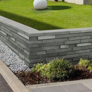 Wyraźnie wystające fragmenty rozmieszczone w różnych miejscach ścianek bocznych poszczególnych elementów ogrodzenia sprawiają, że możemy uzyskać niezwykle efektowną, nierównomierną kompozycję całości. Fot. Libet