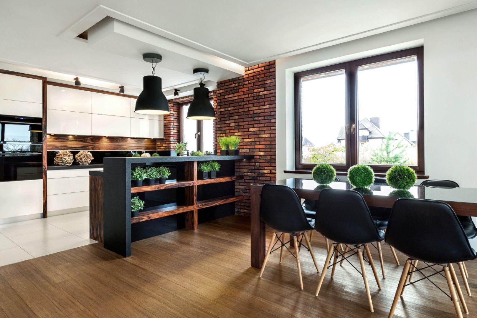 Najczęściej w kuchni można spotkać stoły prostokątne, kwadratowe lub owalne. Najbardziej funkcjonalne są stoły prostokątne ponieważ można je postawić pod ścianą. Fot. Studio Max Kuchnie Vigo