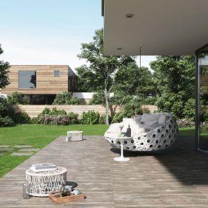 Płytkami najczęściej wybieranymi przez projektantów do ogrodów czy innych przestrzeni znajdujących się na zewnątrz budynków, są te o wzornictwie inspirowanym naturą. Przypominające drewno lub naturalny kamień gresy, będą harmonijnie współgrać ze znajdującymi się nieopodal elementami przyrody. Fot. Opoczno