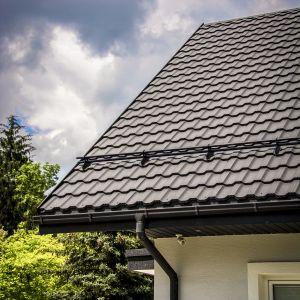 Przed podjęciem decyzji o naprawach na dachu najistotniejsze jest to, by ustalić, w jakim stanie znajduje się aktualne pokrycie oraz więźba dachowa, która stanowi pewnego rodzaju fundament dla dachu. Fot. Blachotrapez