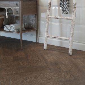 Płytki w formacie 18,5 x 59,8 cm. ułożone wzdłuż obok siebie, świetnie sprawdzą się we wnętrzach nowoczesnych, tworząc wrażenie prawdziwej drewnianej podłogi. Fot. Cersanit