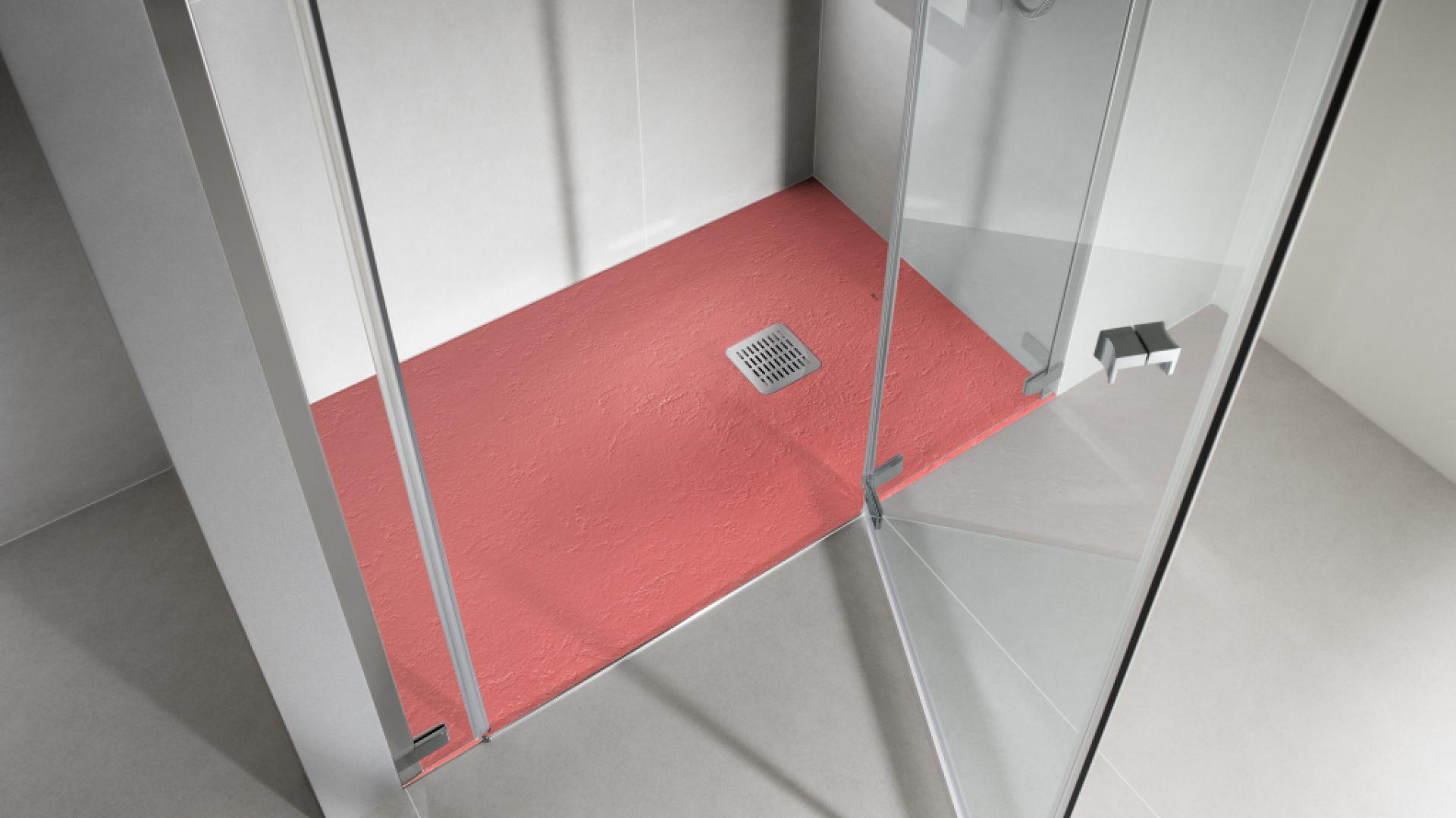 Brodziki Terran można samodzielnie docinać do niestandardowych wymiarów i kształtów. To pozwala na stworzenie komfortowej strefy prysznicowej nie tylko w dużym salonie kąpielowym ale także w małej łazience, a także zaadaptować na ten cel na przykład istniejącą już w łazience wnękę. Fot. Roca