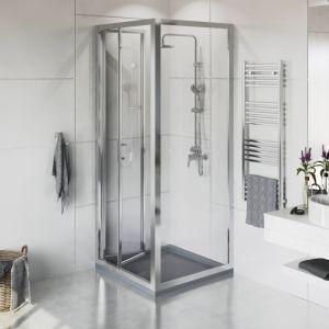 Dwuczęściowe drzwi do wnęk prysznicowych i kabin prysznicowych Town dostępne są teraz w nowych rozmiarach 80x195 cm i 90x195 cm i nowym systemie składania Bifold. Wykonane są z bezpiecznego szkła transparentnego o grubości 6 mm z powłoką Maxi Clean, dzięki której krople wody nie będą się osadzać na drzwiach i będzie można je łatwo wyczyścić. Fot. Roca