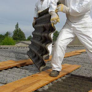 Usunięciem azbestu z dachu powinna zająć się specjalistyczna firma. Fot. 123 rf