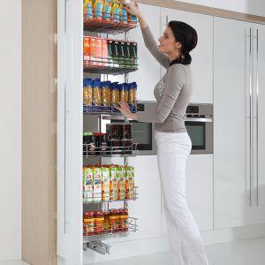 Kreacja kuchennej aranżacji, skrojonej na miarę indywidualnych potrzeb, z pewnością okaże się znacznie prostsza, jeśli poznamy nowoczesne systemy cargo. Zastosowanie ich będzie sprzyjało późniejszemu zachowaniu porządku. Fot. Rejs