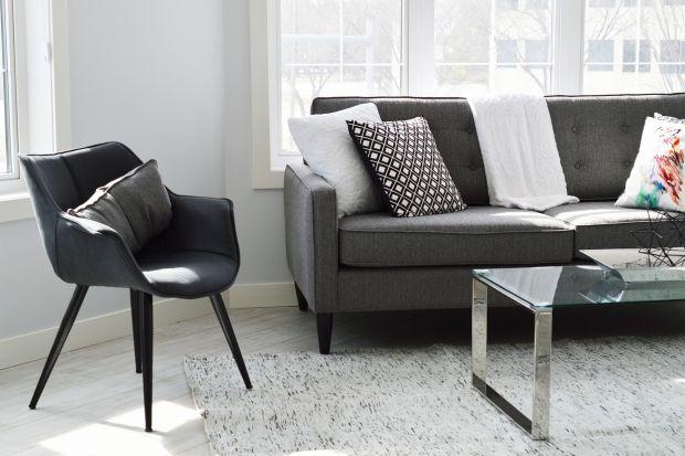 To, że podoba Ci się kolor lub usłojenie deski podłogowej, nie oznacza jeszcze, że właśnie ten konkretny rodzaj powierzchni będzie najlepiej prezentował się na podłodze w Twoim domu. Wybierając podłogę, zwróć uwagę m.in. na styl oraz rozm