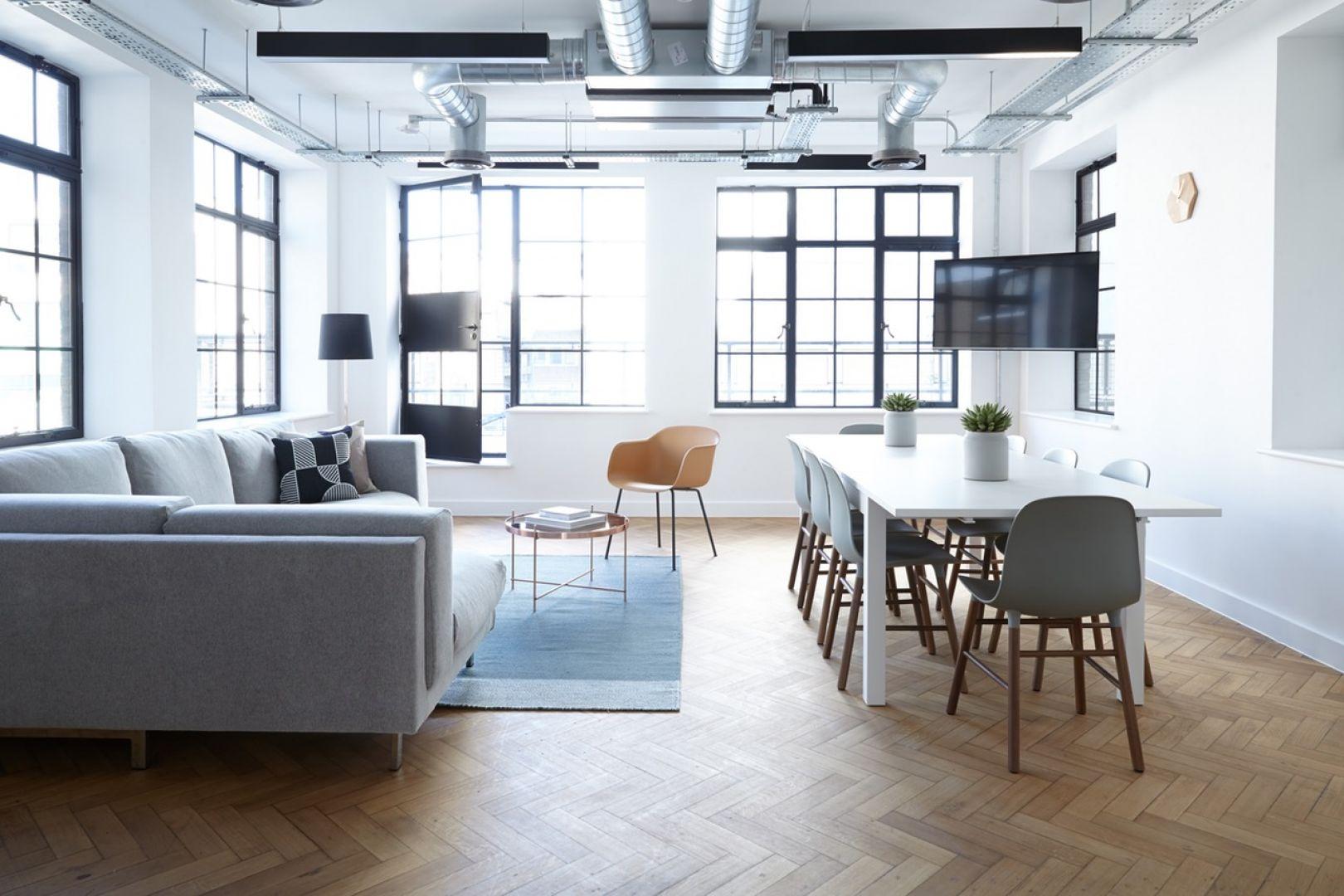Podłogi o wyrazistych kolorach warto wybierać ostrożnie. Pamiętaj, że podłoga często okazuje się dominującym elementem wystroju wnętrza. Fot. Pixabay