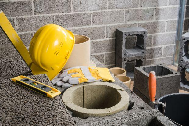 Budowę każdego komina systemowego rozpoczynamy od szczegółowego zapoznania się z instrukcją montażu i zgodnie z nią postępujemy. Przed montażem pierwszego elementu bardzo ważne jest ułożenie izolacji przeciwwilgociowej i uwzględnienie poziom