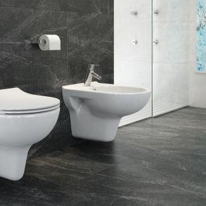 Miski toaletowe z kolekcji są natomiast bezkołnierzowe - nie posiadają więc trudno dostępnych do czyszczenia miejsc, w których gromadzą się bakterie.Fot. Opoczno