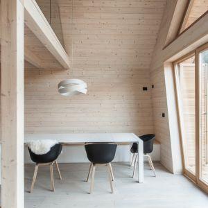 Architektom zależało na stworzeniu ciepłych wnętrz, jednocześnie zapewniając mieszkańcom uczucie, jakby przebywali na zewnątrz, na świeżym powietrzu. Fot. Miha Bratina