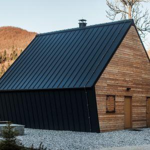 Przy budowie domu wykorzystano drewno, które dominuje nie tylko na fasadzie budynku, ale także w jego wnętrzu. Fot. Miha Bratina
