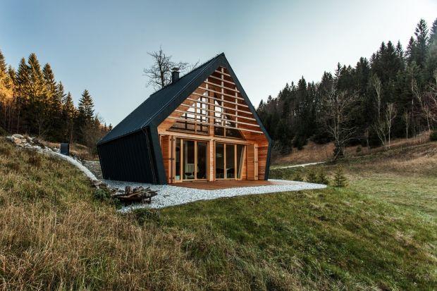 Ta mała, drewniana rezydencja, zaprojektowana przez studio architektoniczne Pikaplus zajęła drugie miejsce w ogólnokrajowym konkursie na najlepszy dom drewniany w Słowenii. Wyróżnia ją zatarcie granicy między przestrzenią mieszkalną, a otaczaj�