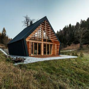 Ta mała, drewniana rezydencja, zaprojektowana przez studio architektoniczne Pikaplus zajęła drugie miejsce w ogólnokrajowym konkursie na najlepszy dom drewniany w Słowenii. Fot. Miha Bratina
