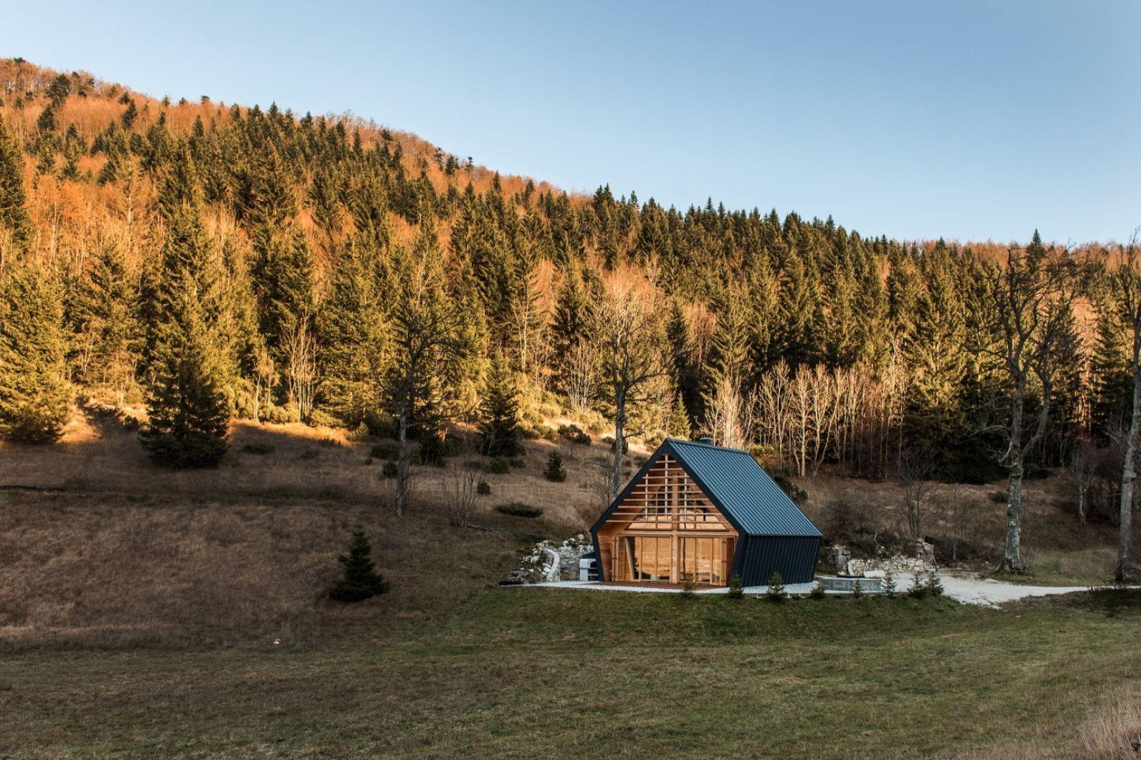 Ten dom umiejscowiony jest na skraju lasu, a zaprojektowany z myślą o zapewnieniu przytulnego schronienia jej mieszkańcom. Fot. Miha Bratina