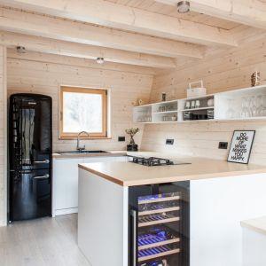 Pokój dzienny, jadalnia, kuchnia i łazienka z sauną umiejscowiono na parterze. Fot. Miha Bratina