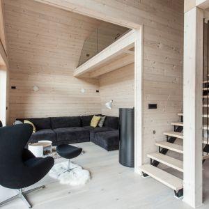 Wszystkie pokoje, z wyjątkiem łazienki, wychodzą naprzeciwko wysokich przeszkolonych elewacji, dziei czemu wnętrze jest zawsze jasne i doświetlone. Fot. Miha Bratina