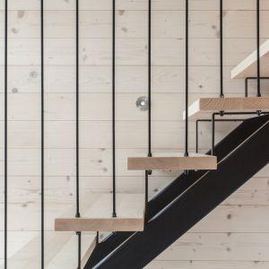 Architekci zdecydowali się na wyeksponowanie naturalnego ciepłego koloru drewna. Fot. Miha Bratina