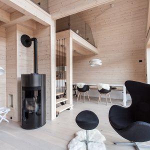 Przy aranżacji wnętrz wykorzystano jasne, drewniane deski, którymi zostały pokryte nie tylko podłoga, ale też i ściany oraz sufit. Fot. Miha Bratina