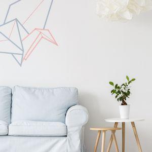 Geometryczne wzory na jasnej ścianie dodadzą energii i świeżości nowoczesnemu wnętrzu. Fot. Dekoral
