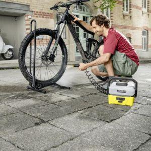 Akumulator litowo-jonowy zapewnia pracę przez około 15 minut co w zupełności wystarcza do wykonania niezbędnych prac czyszczących. Urządzenie jest niezwykle lekkie, waży jedynie 2,5 kg a jego kompaktowe wymiary sprawiają, że bez trudu zmieści się w każdym bagażniku. Fot. Kärcher